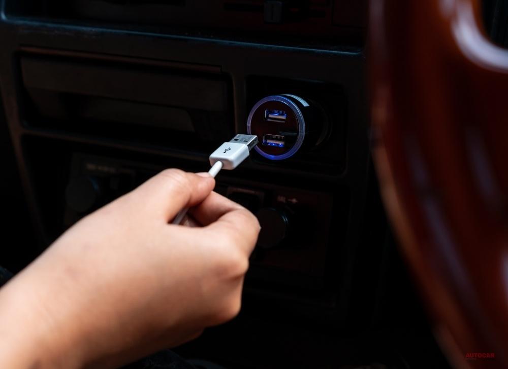 車内で電子機器を充電することもできる。