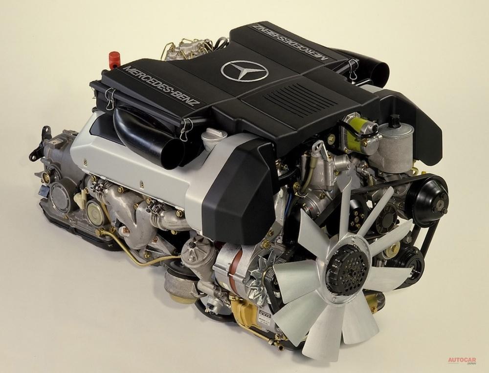 E500が積むM119E50型5L V8 DOHCエンジン。R129型の500SLとともに1989年にデビューしたこのエンジンは、ツインターボ化されてザウバー‐メルセデスのグループCカーであるC9とC11のパワーユニットとしてモータースポーツでも結果を残している。 出典:メルセデス・ベンツ