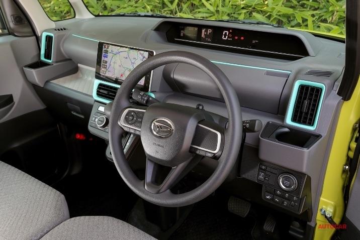 ダイハツ・タントの内装。主力グレードの運転席は540mmのスライドが可能。