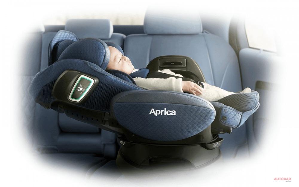 たとえば、アップリカのベッド型チャイルドシートは生後6か月頃まで横向きで装着。複数のチャイルドシートを装着する場合は、車種適合の確認の他、全幅/全高/奥行のサイズ確認も。