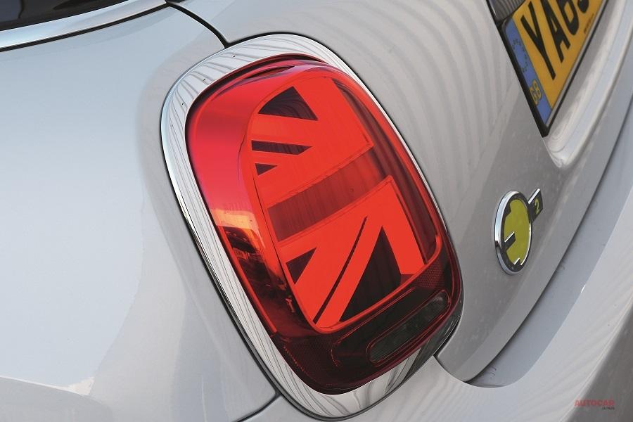 ミニ・エレクトリックとゾエではすべてのモデルでエネルギー効率に優れたLEDヘッドライトが標準だが、e-208ではGTライン以上のモデルだけであり、他のモデルのヘッドランプはハロゲンとなる。