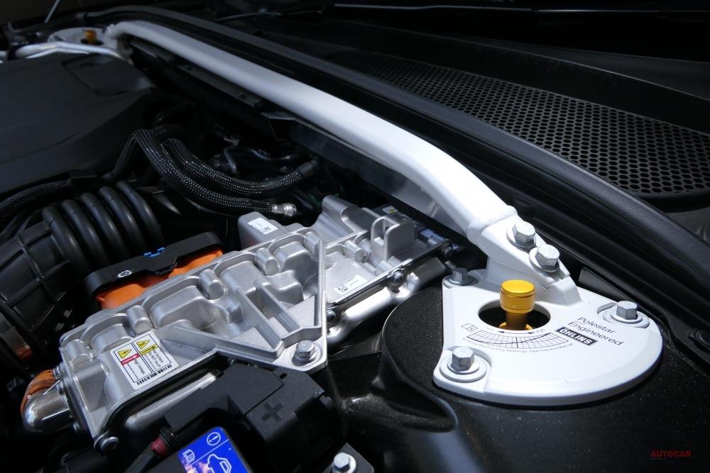 エンジンフードを開けると、美しい造形のタワーバーと、オーリンズ製22段階式可変ダンパーのアジャスターを確認できる。