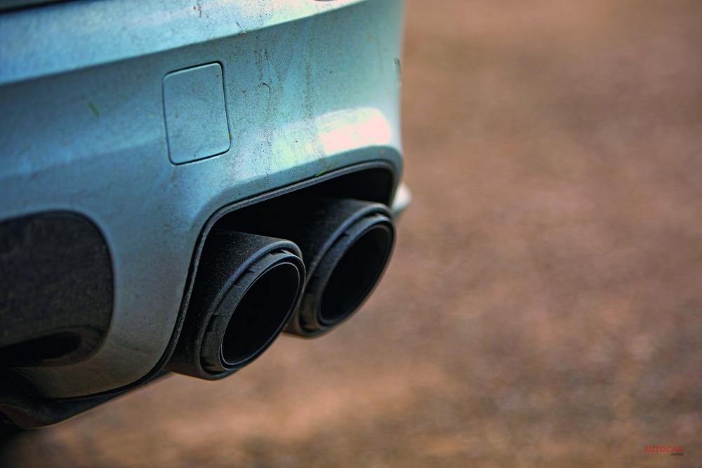 ターボS E-ハイブリッドの4.0L V8は存在感がないわけではないが、オプションのスポーツエグゾーストはさらに大きなシャウトを轟かせる。2012ポンド(約28万円)のそれを装着した場合の排気音は、かなりの大音量だ。
