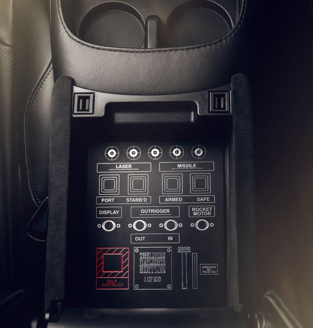ヴァンテージ007エディションの内装には、ミサイル用スイッチを模したガジェットも。