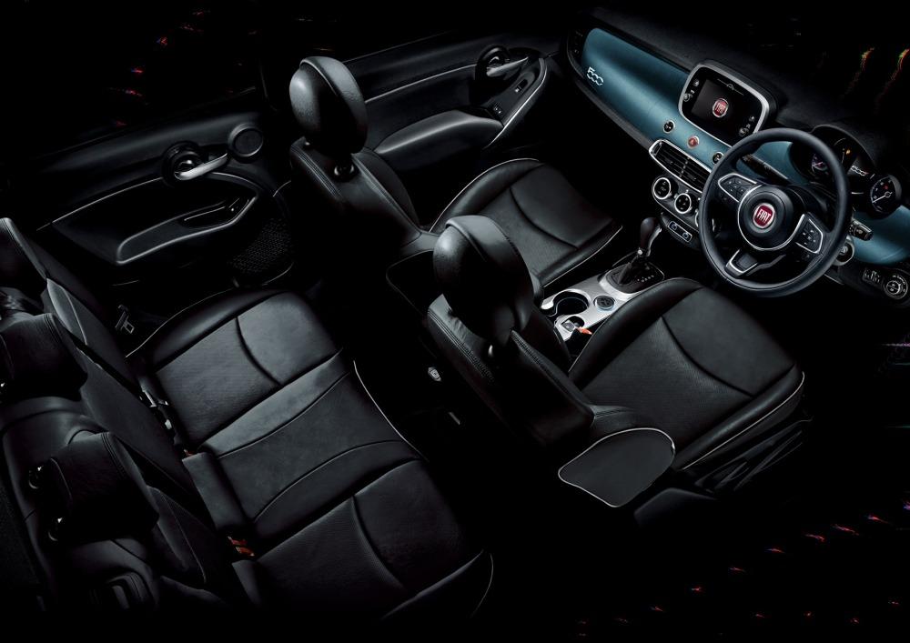 500Xインディゴの内装。ブラックを基調にインディゴカラーをインパネに採り入れた。