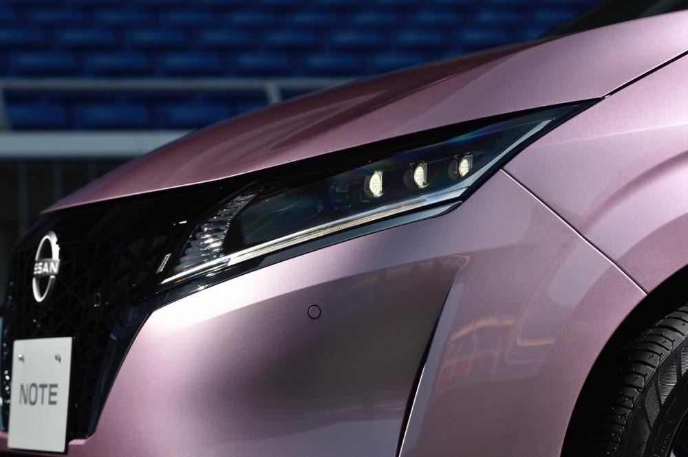 日産ノート(2020年型)のヘッドライト周辺。先代型が登場したのは2012年9月、なんと8年振りのフルモデルチェンジということになる。