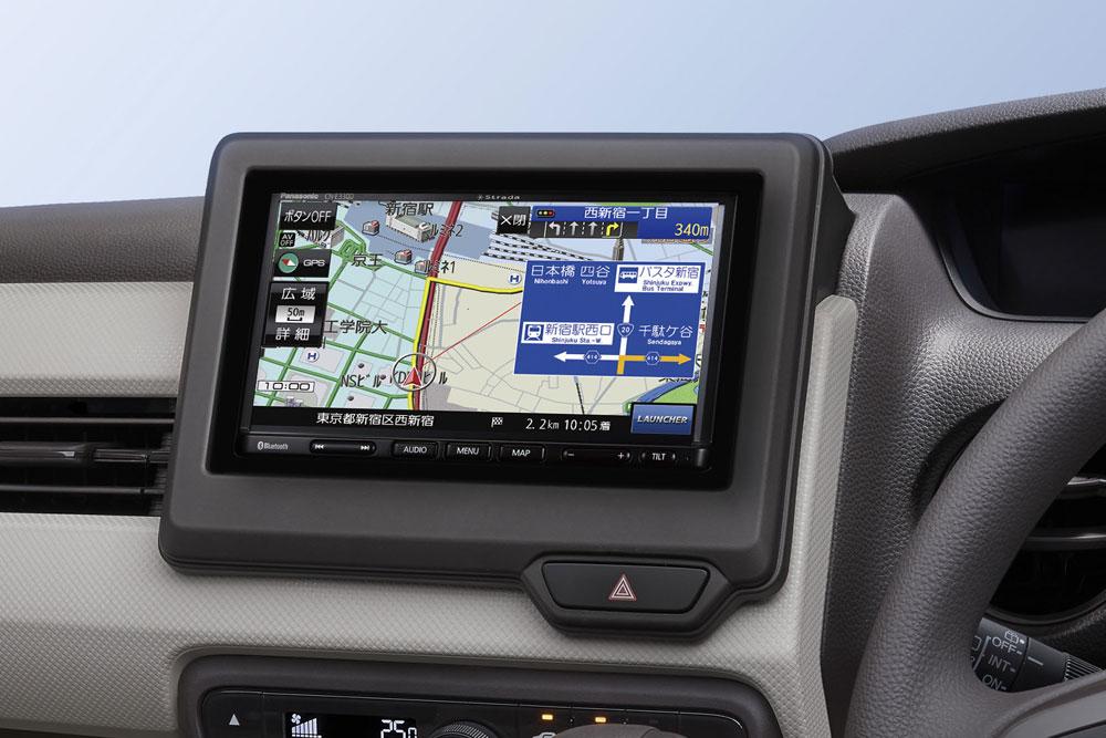7V型SSDカーナビ「ストラーダCN-E330D」の車載イメージ。