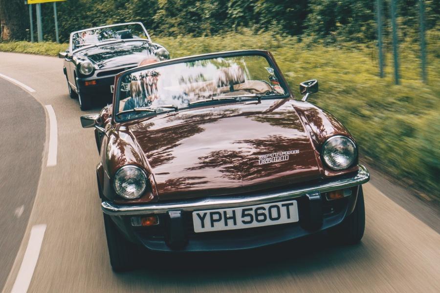 小豆色のトライアンフ・スピットファイア1500と黒のMGミジェット1500