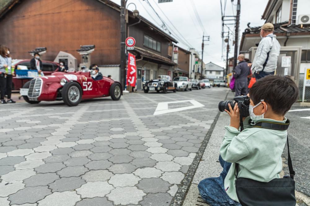 沿道では参加車にカメラを向ける未来のドライバーの姿も見られた。