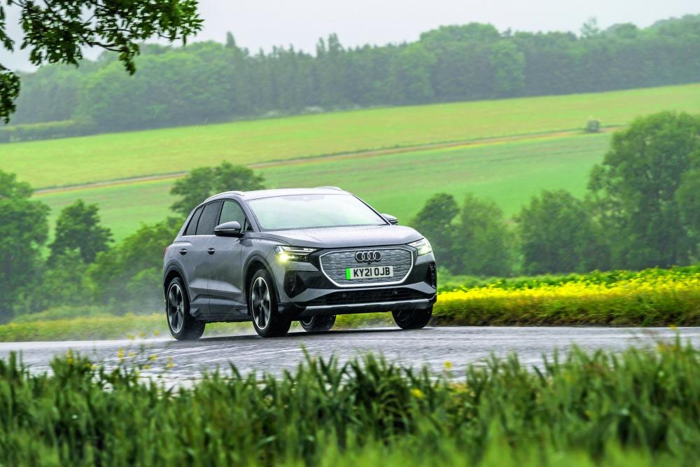 EVとしてはおとなしく、バランス重視という印象だが、実用域での加速は力強い。問題はブレーキで、摩擦ブレーキと回生ブレーキの協調制御にぎこちないところが目立つ。