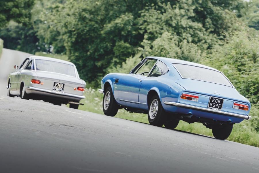 シルバーのフィアット2300Sクーペとブルーのディーノ2000クーペ