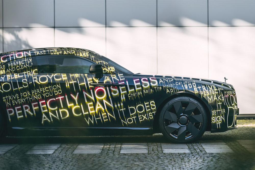 英国の超高級車メーカー、ロールス・ロイスが発表した「スペクター」の開発車両。同社初の市販EVとして2023年中に登場する。